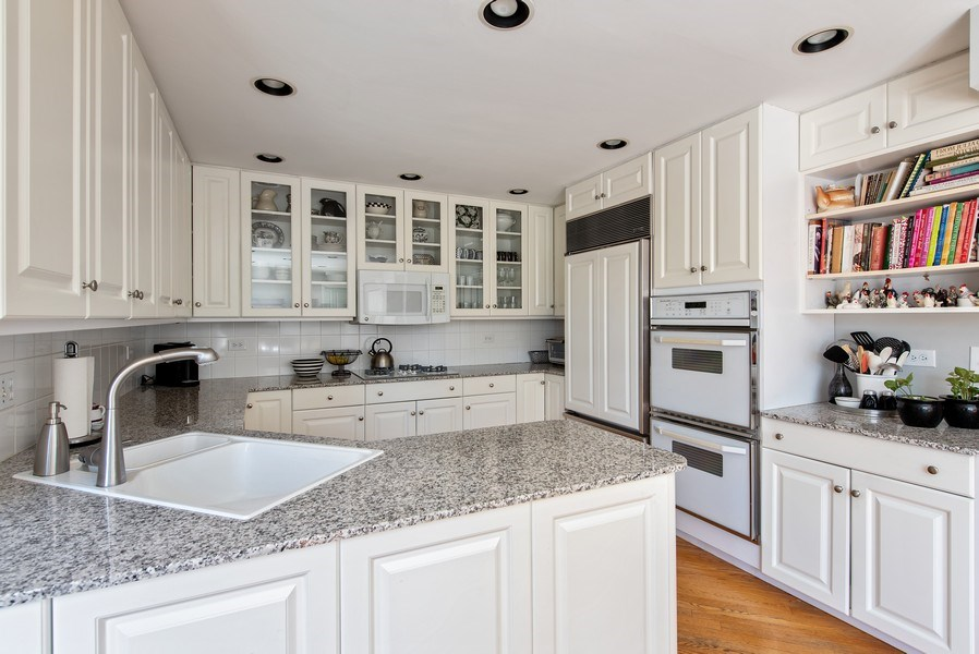 Real Estate Photography - 525 Kin Ct, Wilmette, IL, 60091 - Kitchen
