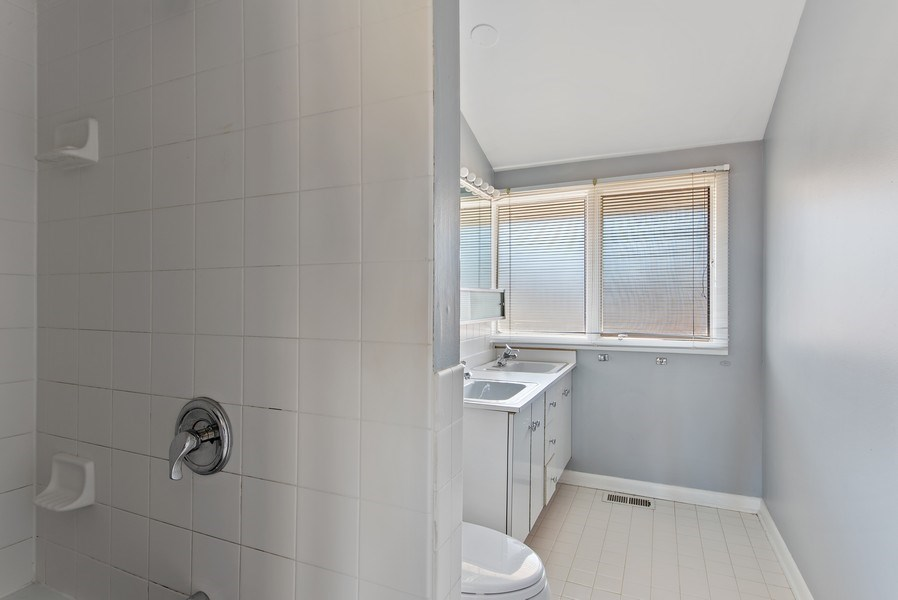 Real Estate Photography - 525 Kin Ct, Wilmette, IL, 60091 - 2nd Bathroom