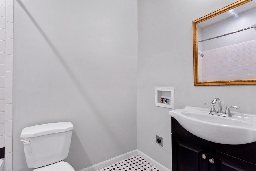 Real Estate Photography - 20 S Austin Blvd, 2, Oak Park, IL, 60304 - Bathroom