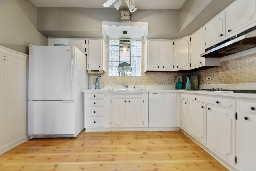 Real Estate Photography - 6033 N Forest Glen, Chicago, IL, 60646 - Kitchen