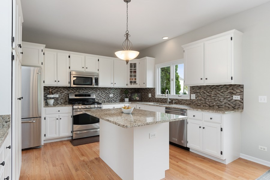 Real Estate Photography - 4924 Clearwater Ln, Naperville, IL, 60564 - Kitchen