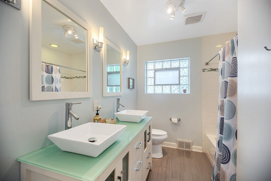Real Estate Photography - 1513 Hoffman Ave, Park Ridge, IL, 60068 - Bathroom