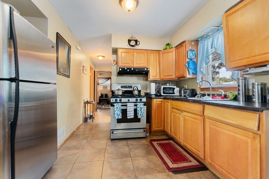 Real Estate Photography - 6500 S BELL AVE, Chicago, IL, 60636 - Kitchen