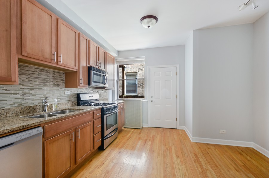 Real Estate Photography - 1522 W Belle Plaine, Unit #1, Chicago, IL, 60613 - Kitchen / Breakfast Room
