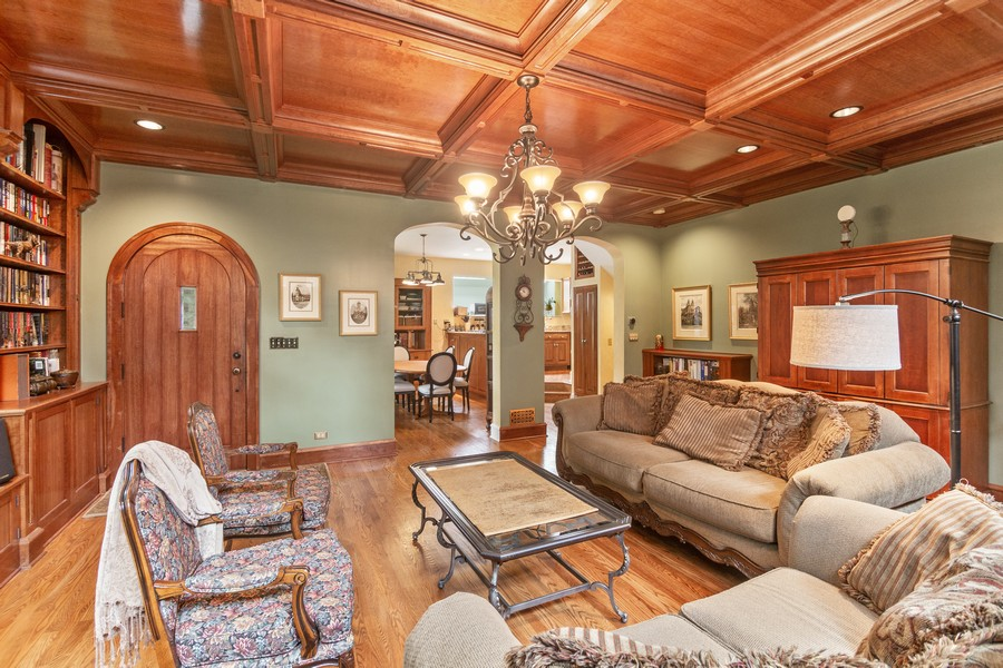 Real Estate Photography - 112 Derbyshire, Arlington Hts, IL, 60004 - Family Room