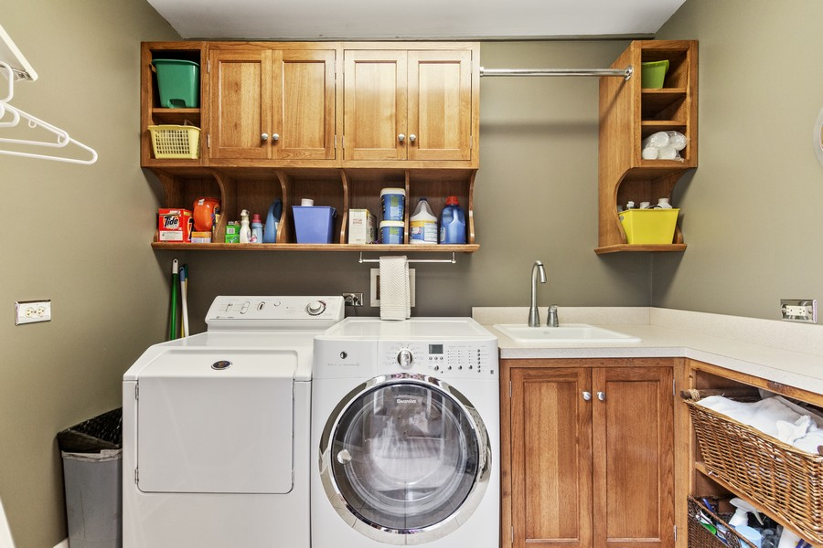 Real Estate Photography - 112 Derbyshire, Arlington Hts, IL, 60004 - Laundry Room