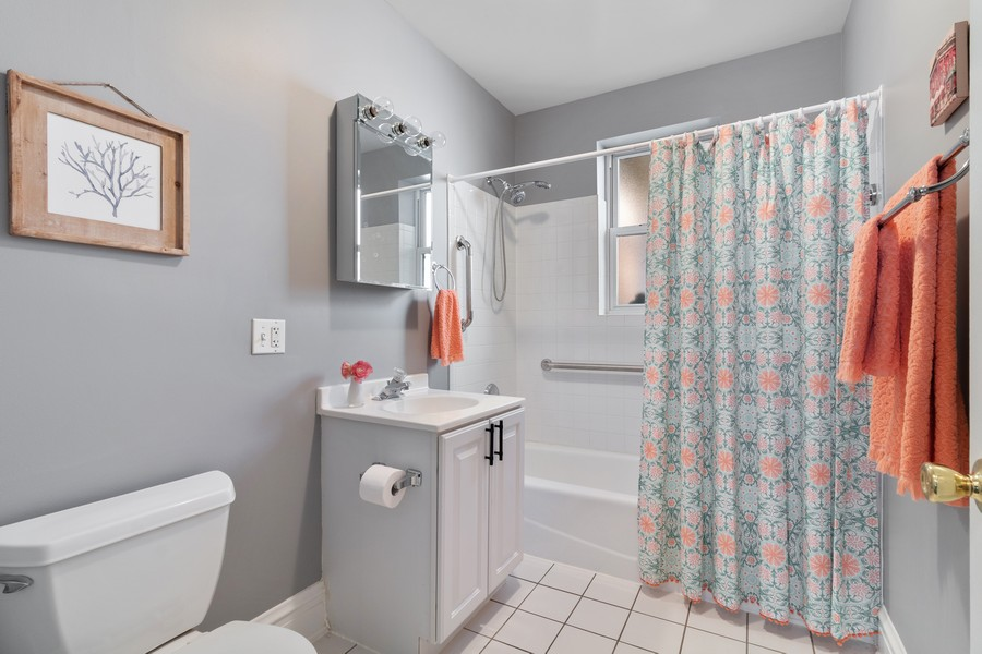 Real Estate Photography - 426 Hamilton, Unit 2, Evanston, IL, 60202 - Bathroom