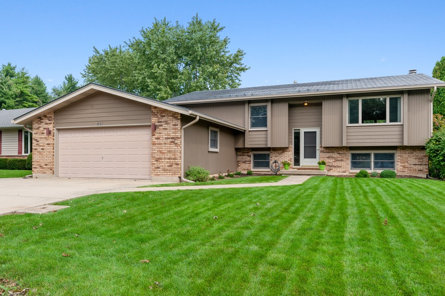 Real Estate Photography - 821 N Beck Rd, Lindenhurst, IL, 60046 - Front View
