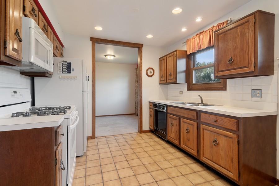 Real Estate Photography - 820 W Appletree Ln, Bartlett, IL, 60103 - Kitchen