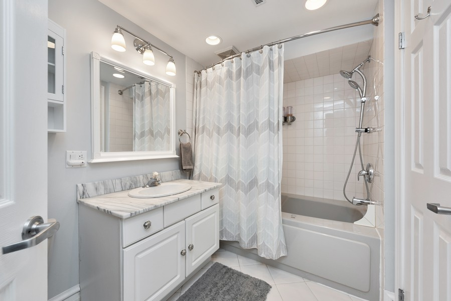Real Estate Photography - 4902 N Hermitage Ave, Unit 1, Chicago, IL, 60640 - 2nd Bathroom