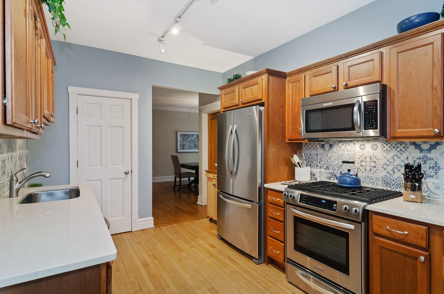 Real Estate Photography - 1330 W Elmdale, #2W, Chicago, IL, 60660 - Kitchen