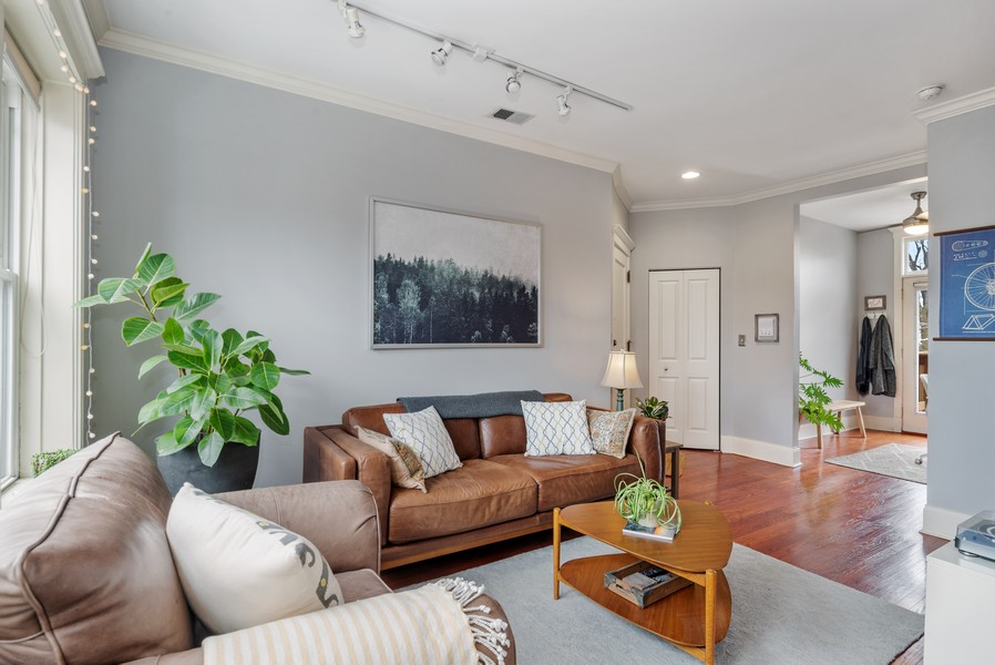 Real Estate Photography - 5609 N wayne, 3, Chicago, IL, 60660 - Living Room