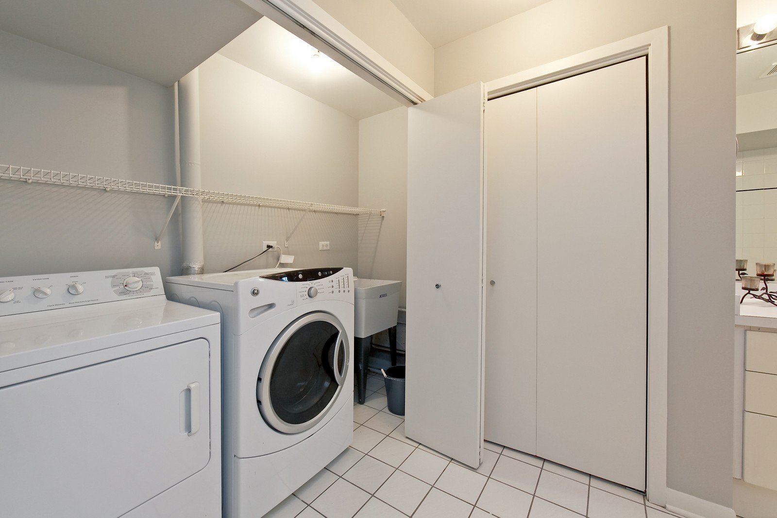 Real Estate Photography - 915 N. Racine Ave, 1NW, Chicago, IL, 60622 - Laundry Room