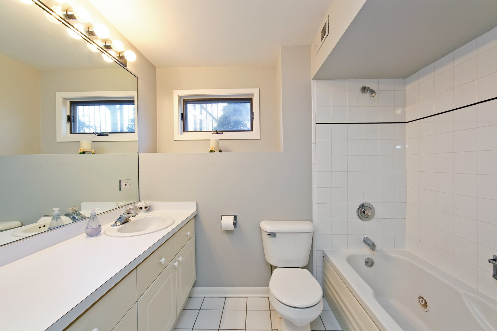 Real Estate Photography - 915 N. Racine Ave, 1NW, Chicago, IL, 60622 - Bathroom