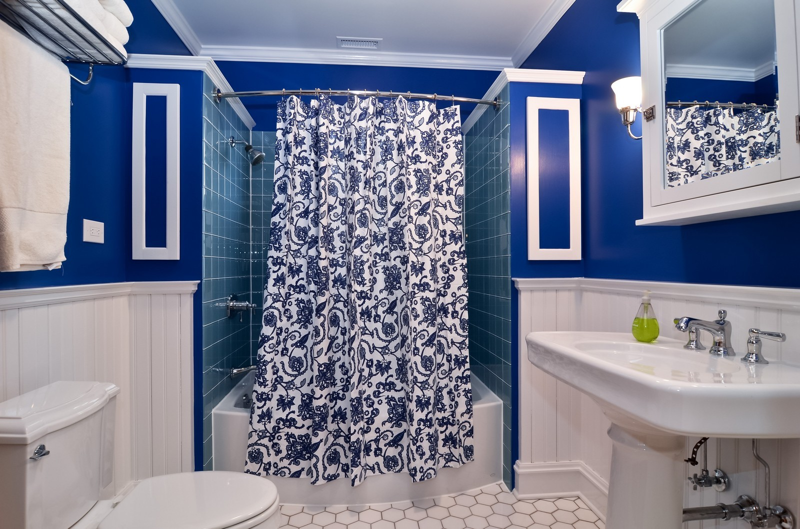 Real Estate Photography - 6270 N Louise, Chicago, IL, 60646 - 2nd Bathroom