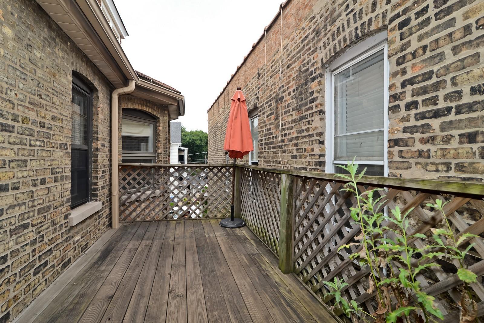 Real Estate Photography - 1221 W Draper, 3, Chicago, IL, 60614 - Common Sundeck