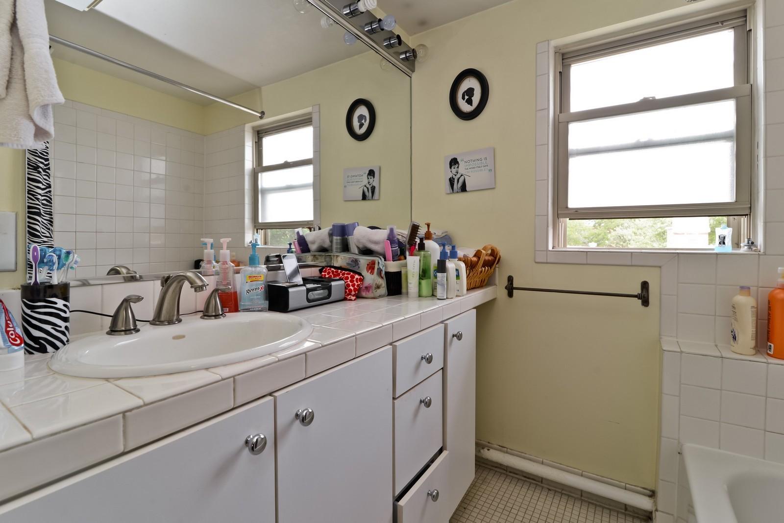 Real Estate Photography - 1221 W Draper, 3, Chicago, IL, 60614 - Bathroom
