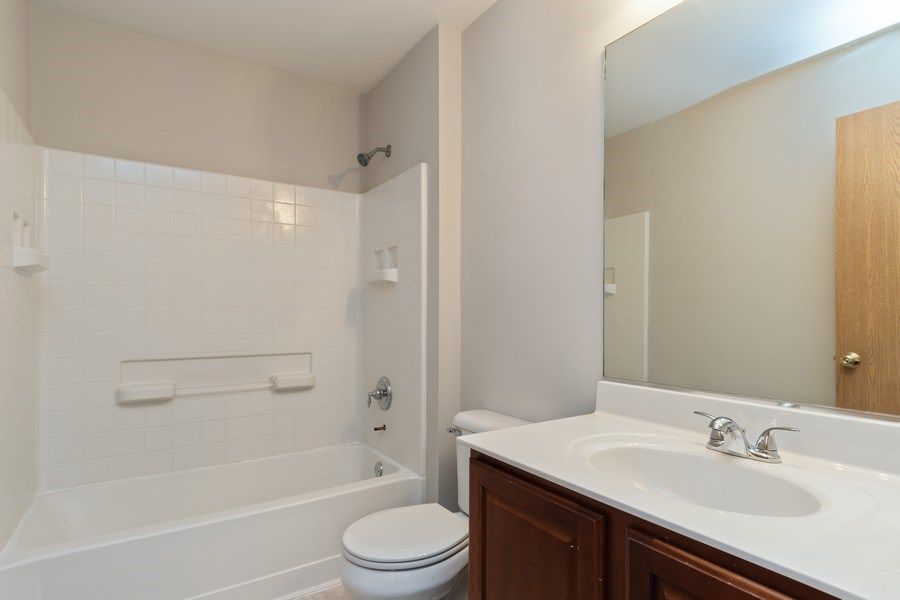 Real Estate Photography - 2016 bluemist drive, aurora, IL, 60504 - 2nd Bathroom