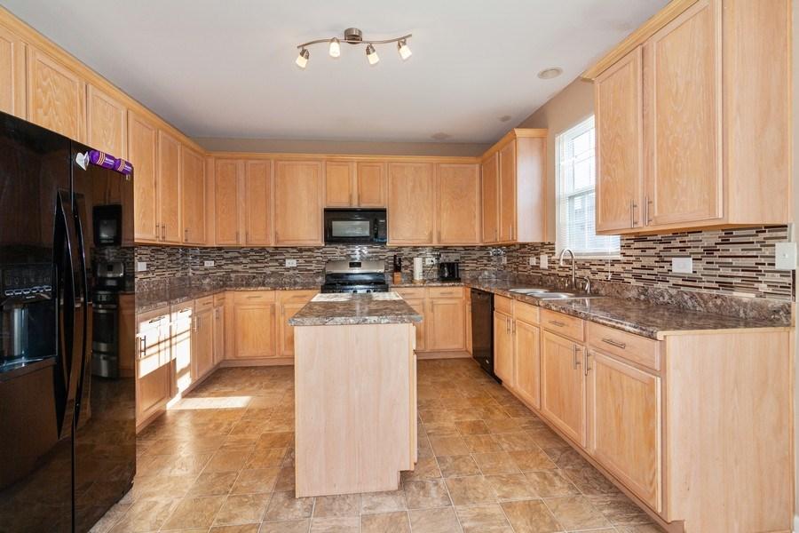 Real Estate Photography - 261 Hanburg Ln, Bolingbrook, IL, 60440 - Kitchen