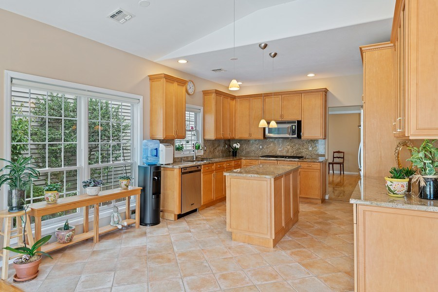 Real Estate Photography - 6 Cove Ln, Plainview, NY, 11803 - Kitchen