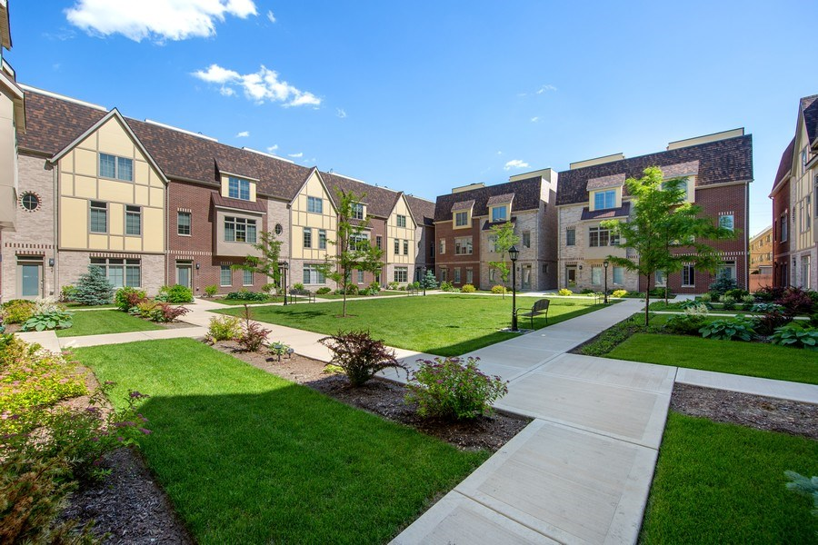 Real Estate Photography - 318 Pennsylvania Way, Oak Park, IL, 60302 - Courtyard