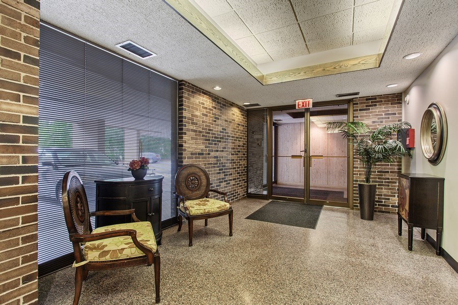 Real Estate Photography - 1110 Grove St 5H, Downers Grove, IL, 60515 - Lobby