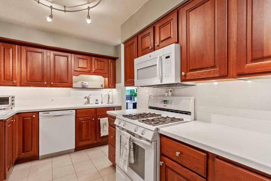 Real Estate Photography - 1110 Grove St 5H, Downers Grove, IL, 60515 - Kitchen