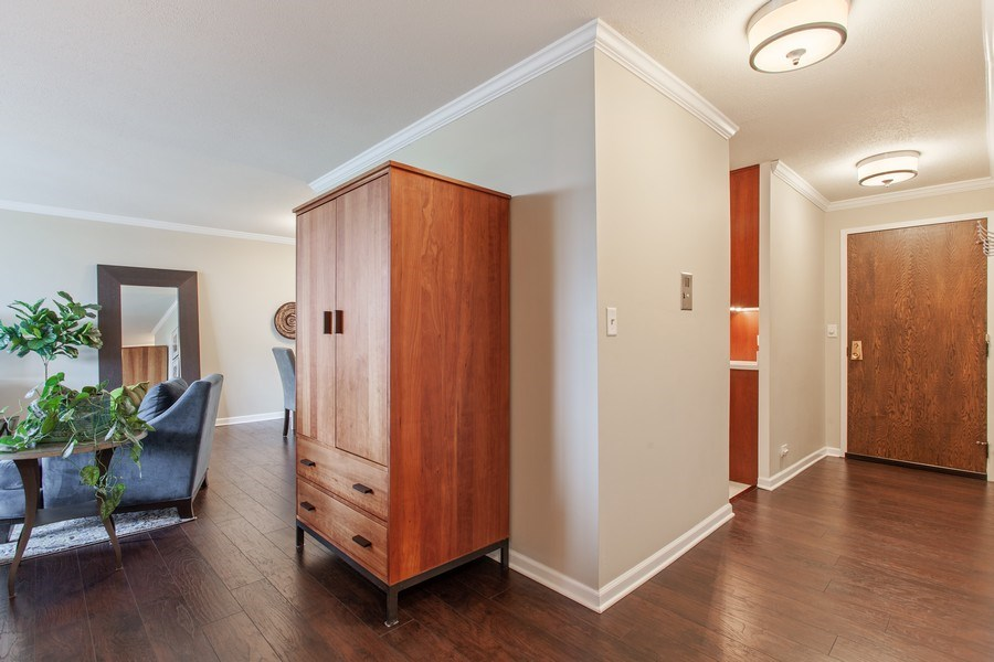 Real Estate Photography - 1110 Grove St 5H, Downers Grove, IL, 60515 - Hallway