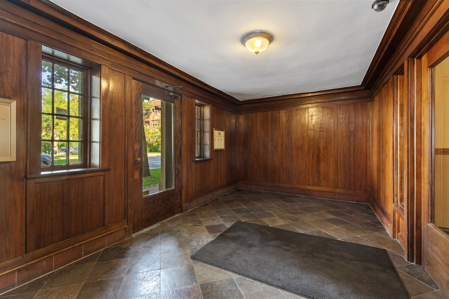 Real Estate Photography - 7035 N Greenview Ave, Unit 1S, Chicago, IL, 60626 - Lobby