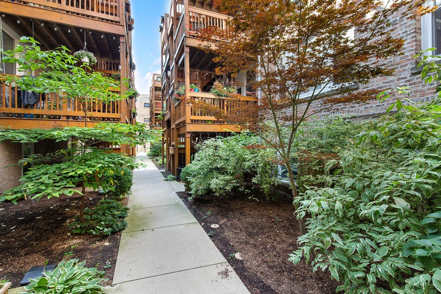 Real Estate Photography - 7035 N Greenview Ave, Unit 1S, Chicago, IL, 60626 - Courtyard