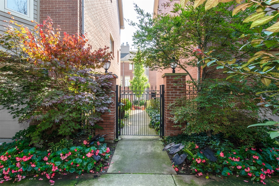 Real Estate Photography - 1251 W Fletcher L, Chicago, IL, 60657 - Entryway