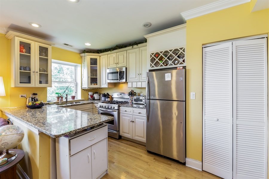 Real Estate Photography - 6511 N Oakley Ave, chicago, IL, 60645 - Kitchen