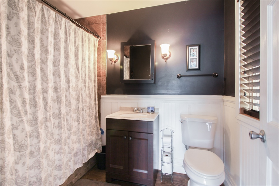 Real Estate Photography - 426 Gierz, Downers Grove, IL, 60515 - 2nd Bathroom