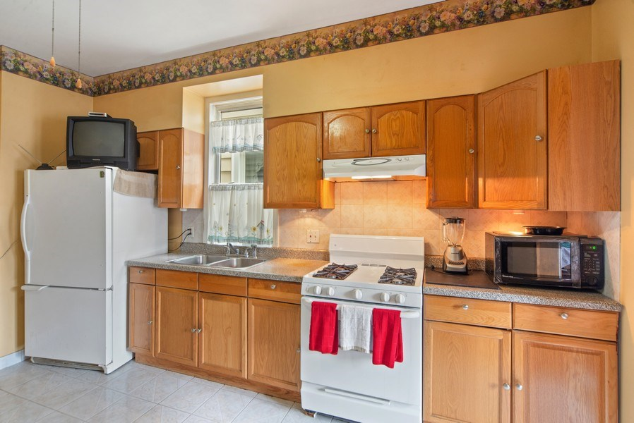 Real Estate Photography - 1831 W Berwyn, Chicago, IL, 60640 - Kitchen