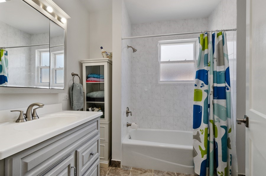 Real Estate Photography - 5850 N Virginia, Chicago, IL, 60659 - 2nd Bathroom