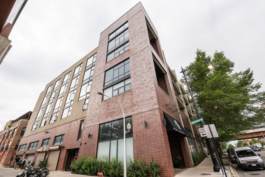 Real Estate Photography - 3946 N Ravenswood, #304, Chicago, IL, 60613 - Front View