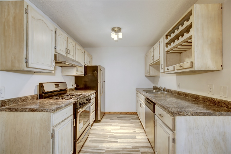 Real Estate Photography - 1601 N Innsbruck, Unit 335, Fridley, MN, 55432 - Kitchen