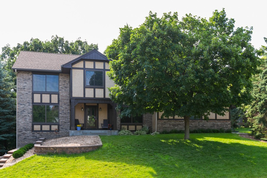 Real Estate Photography - 13311 Greenwich Ct, Apple Valley, MN, 55124 - Welcome HOME!  Corner Lot located in a cul-de-sac!