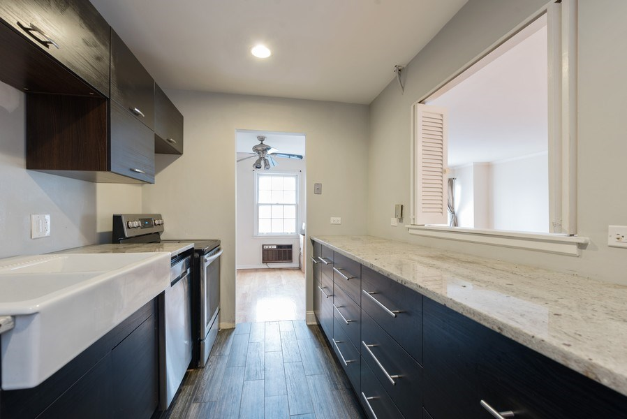 Real Estate Photography - 1155 Meadow, Unit 14A, Northbrook, IL, 60062 - Kitchen