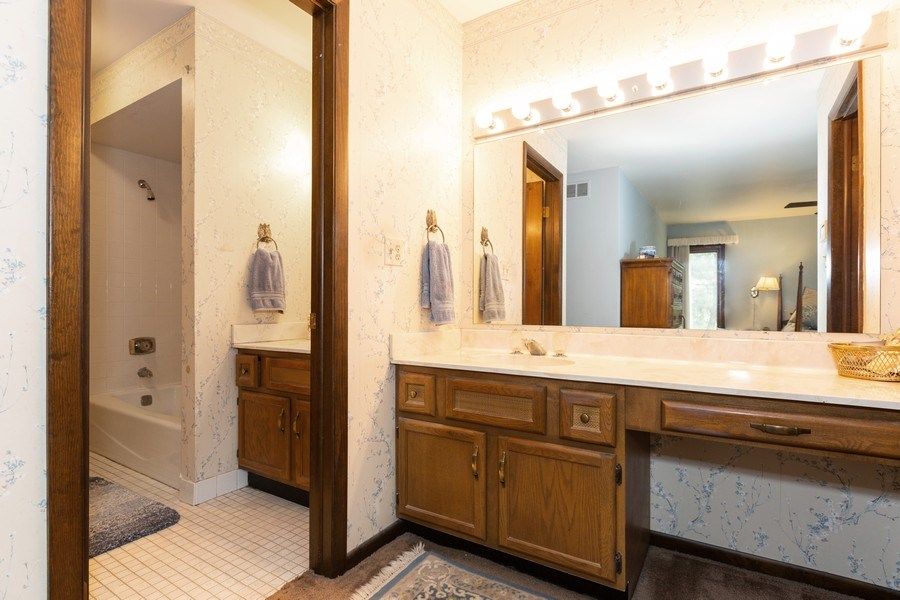Real Estate Photography - 19w284 Paul Revere Ln, Oak Brook, IL, 60523 - Master Bathroom
