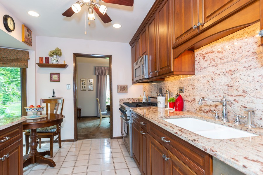 Real Estate Photography - 19w284 Paul Revere Ln, Oak Brook, IL, 60523 - Kitchen