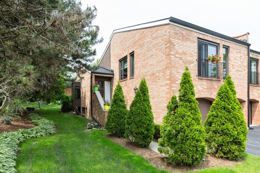 Real Estate Photography - 19w284 Paul Revere Ln, Oak Brook, IL, 60523 - Side View