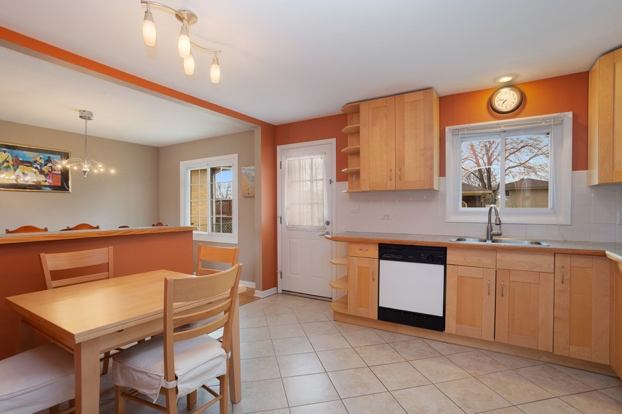 Real Estate Photography - 557 n Plamondon dr, Addison, IL, 60101 - Kitchen