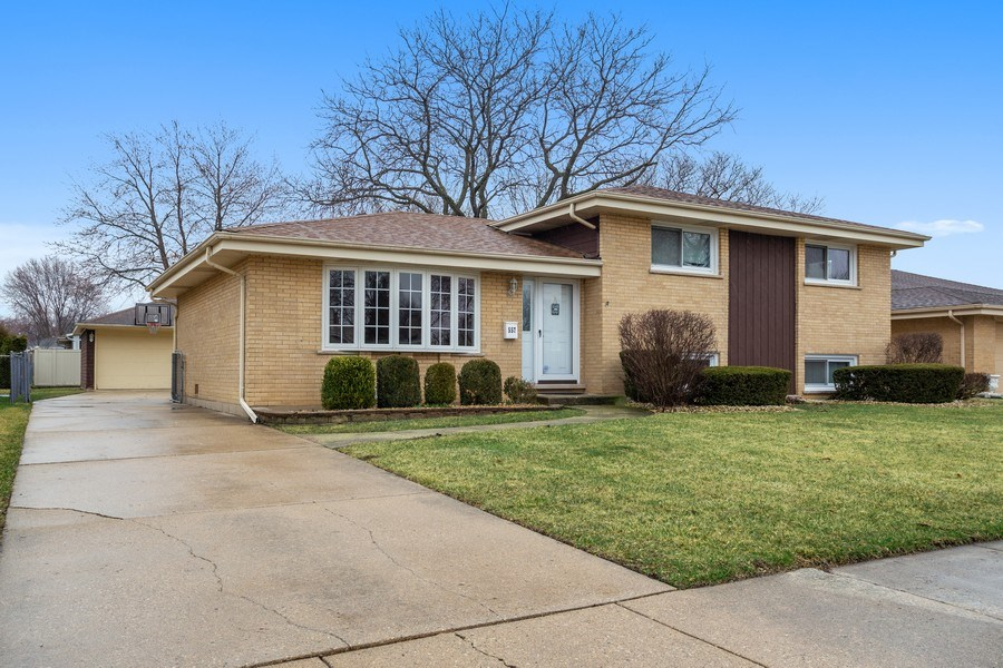 Real Estate Photography - 557 n Plamondon dr, Addison, IL, 60101 - Front View