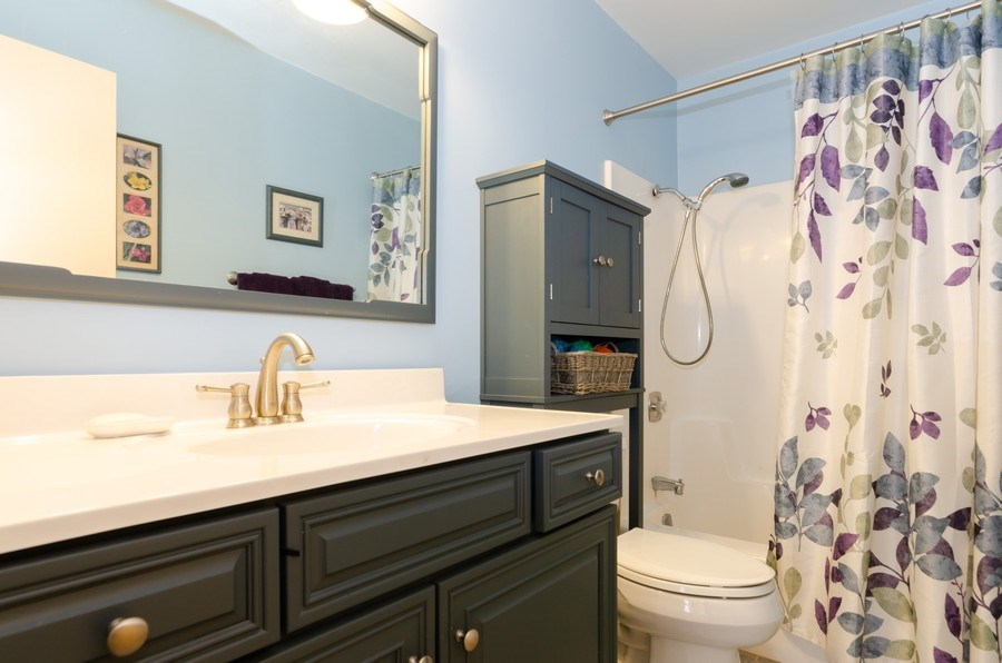 Real Estate Photography - 1992 Raleigh Pl, Hoffman Estates, IL, 60169 - 2nd Bathroom