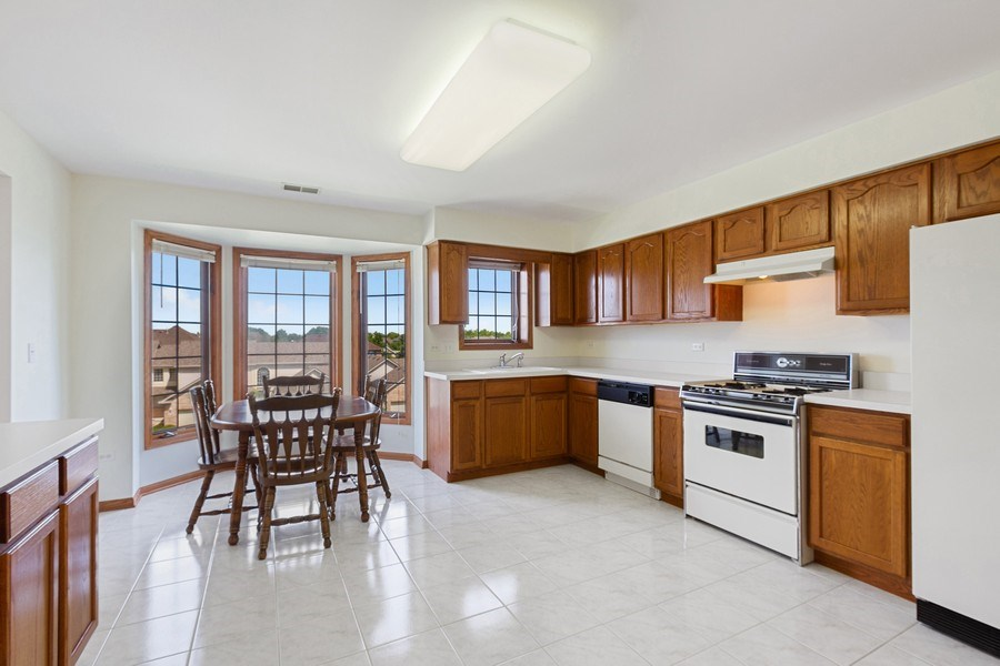 Real Estate Photography - 7775 Bristol Park Dr, Unit 3NW, Tinley Park, IL, 60477 - Kitchen