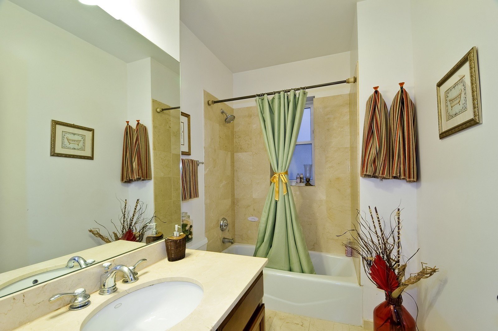 Real Estate Photography - 520 W Oakdale Ave, Chicago, IL, 60657 - 2nd Bathroom