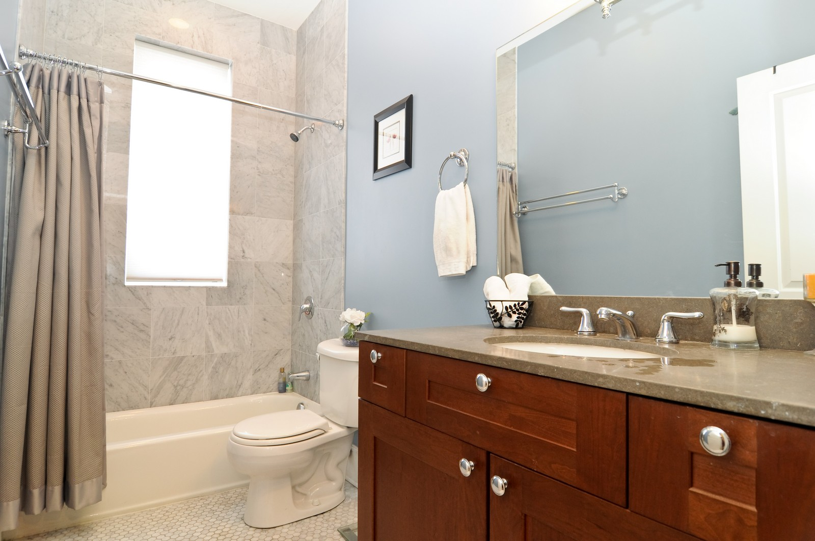 Real Estate Photography - 648 W. Wellington St., 4, Chicago, IL, 60657 - Bathroom
