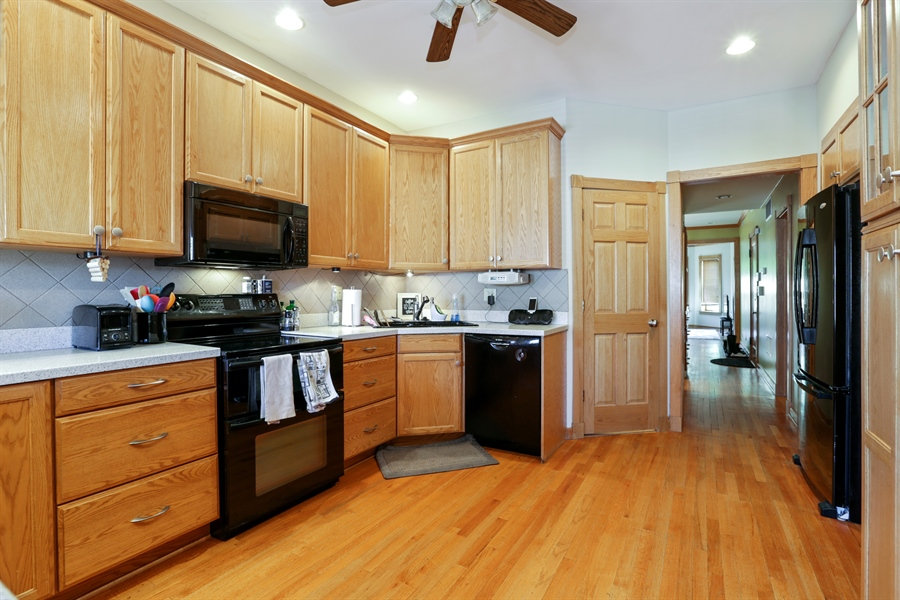 Real Estate Photography - 1310 W. Cornelia, Chicago, IL, 60657 - 3rd floor kitchen