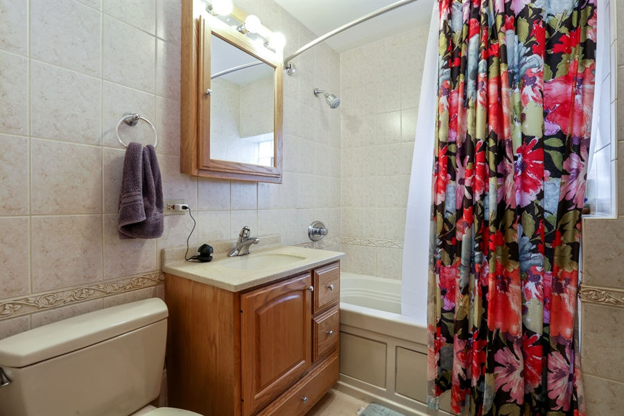 Real Estate Photography - 1310 W. Cornelia, Chicago, IL, 60657 - Bathroom